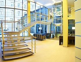 в ходе реконструкции объекта были проведены работы по отделке лифтовых порталов, лестниц и холлов, а также зон общественного питания